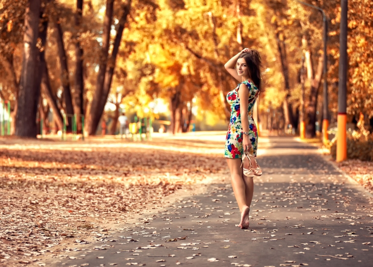 goodfon-ru_devushka-park-osen-listya